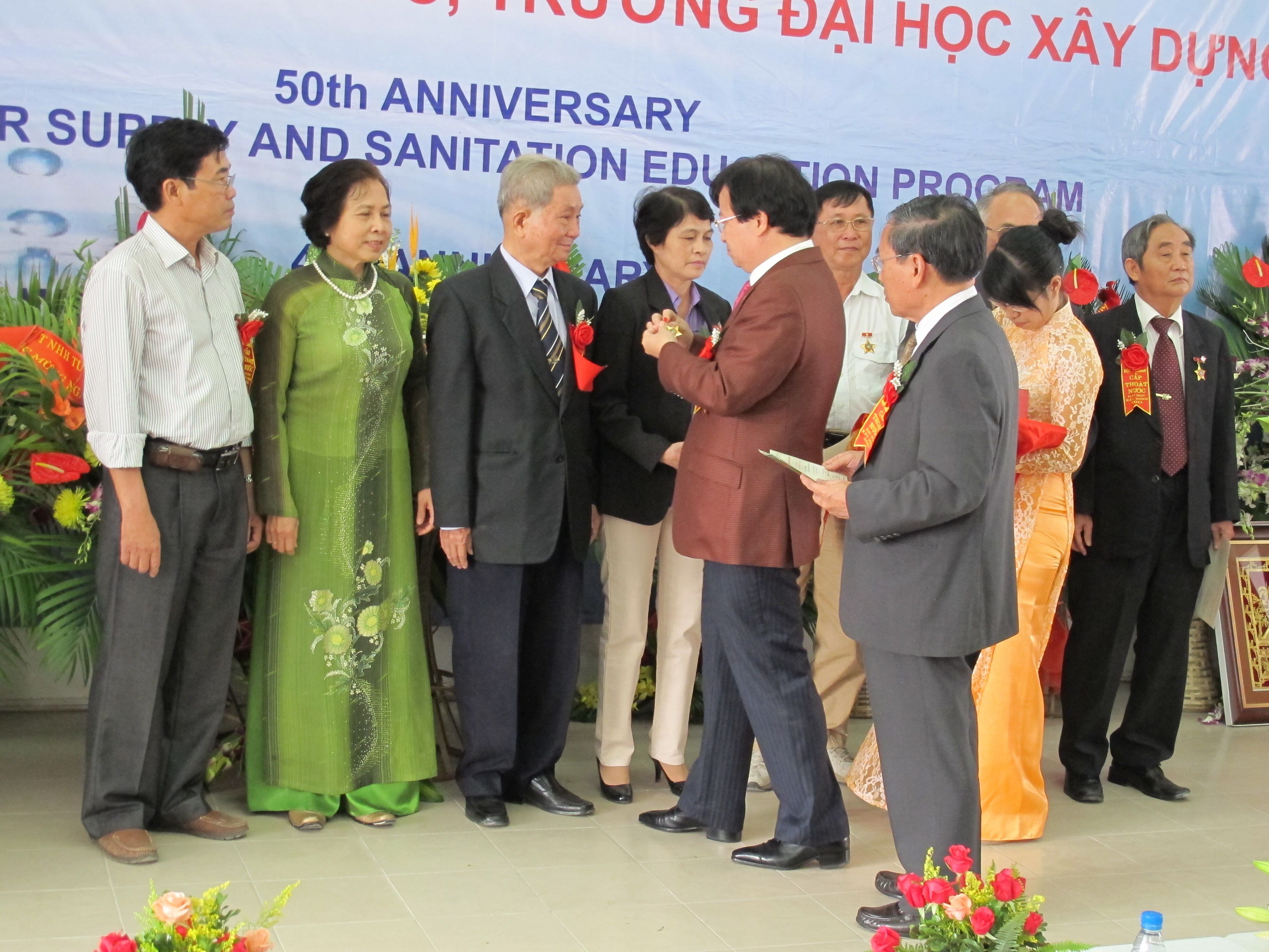 Đ/c Trịnh Đình Dũng trao tặng kỷ niệm chương vì sự phát triển ngành CTN cho các thầy, cô