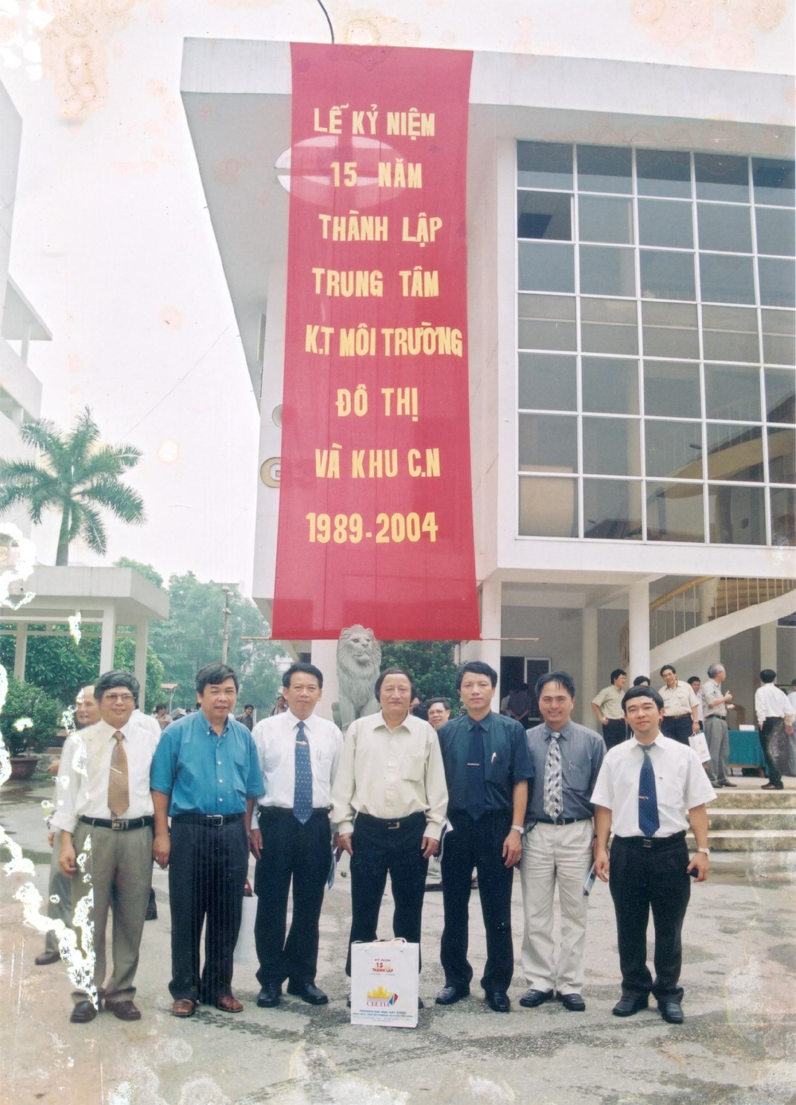 Các cựu sinh viên về thăm trường