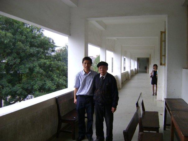 Thầy Trần Hữu Uyển và học trò ngày tốt nghiệp